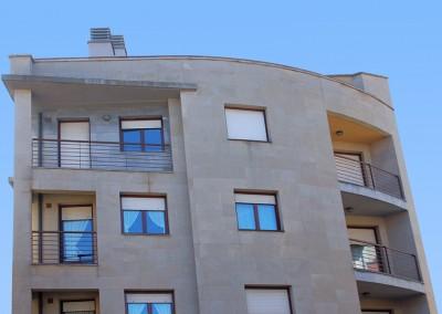 Edificación de 3 viviendas y local